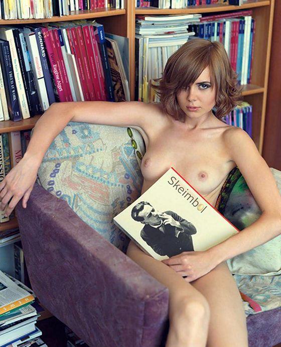 Naked_Girls_Reading00